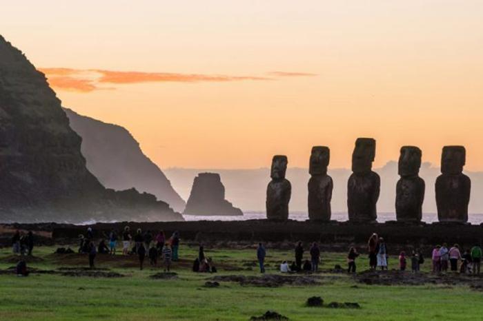 Тысячи туристов приезжают на далекий остров Пасхи, чтобы своими глазами увидеть легендарные статуи.