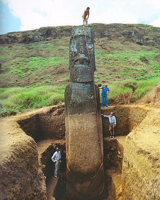 Из-за естественного процесса эрозии многие статуи ушли под землю.
