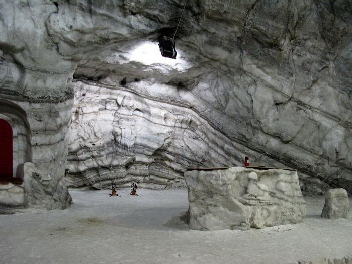 Барельеф на стене соляной пещеры