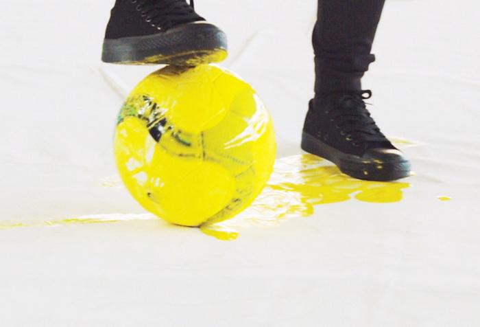 Хун И рисует мячом