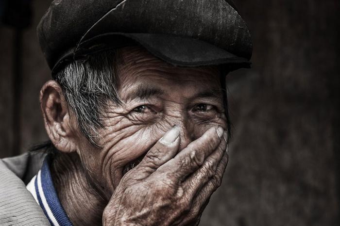 Улыбаясь, вьетнамцы прикрывают лицо рукой