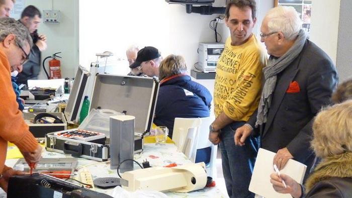 Многие посетители приходит в *Repair Cafе*, чтобы обменяться опытом и найти единомышленников
