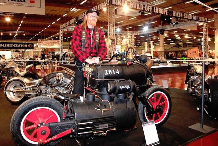 Уникальный экспонат на выставке мотоциклов