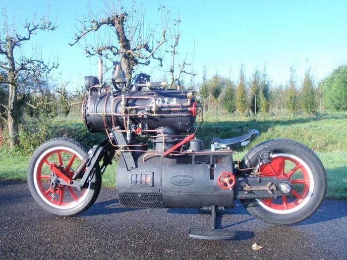 Стимпанк-мотоцикл, оснащенный паровым двигателем