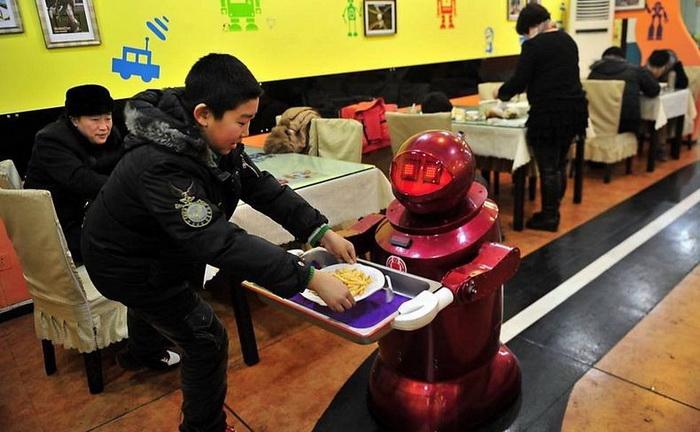 Обслуживающий персонал ресторана - 20 дружелюбных роботов