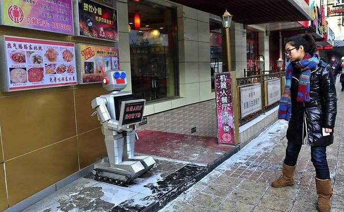 Робот-швейцар приветствует землян при входе в ресторан