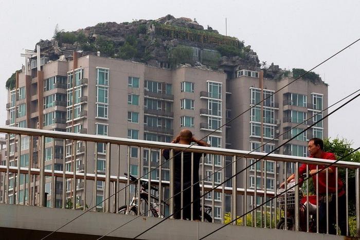 Местные жители опасаются, что дом не выдержит нагрузки