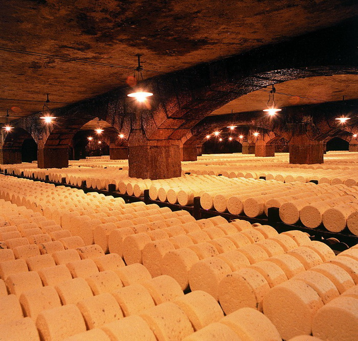 Сыр рокфор зреет в известковой пещере