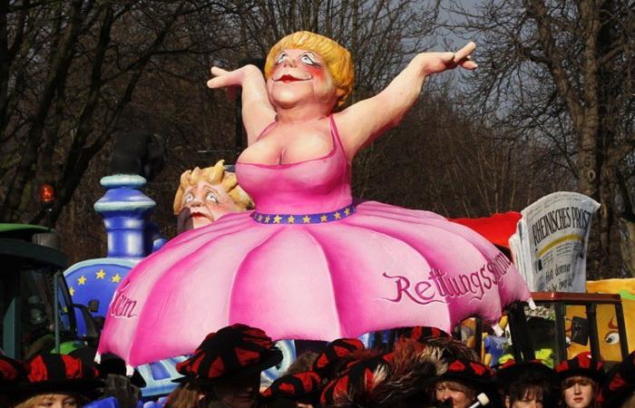 Кукла из папье-маше: Ангела Меркель в платье-парашюте