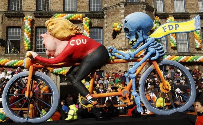 Куклы из папье-маше на карнавале Rosenmontag: Ангела Меркель