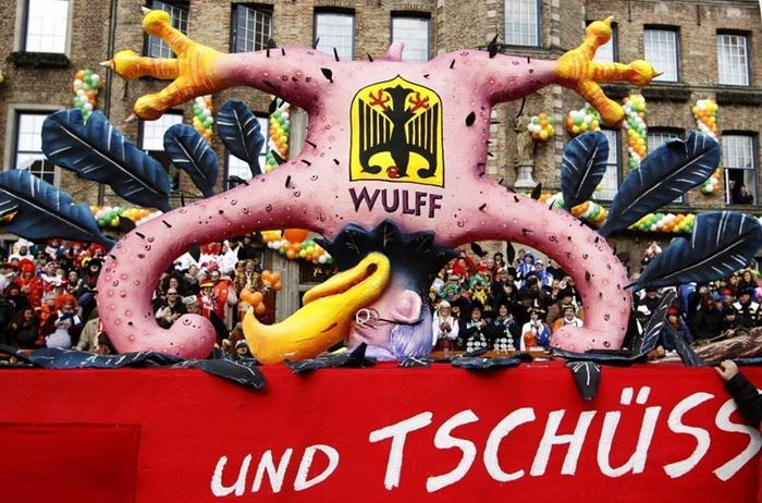 Куклы из папье-маше на карнавале Rosenmontag: карикатура на бывшего Президента Германии Кристиана Вульфа