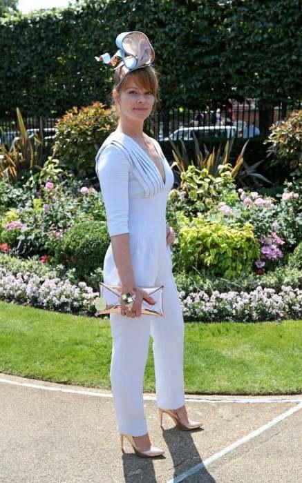 Комбинезоны впервые разрешены женщинам, но длина брюк не должна быть выше щиколотки.
