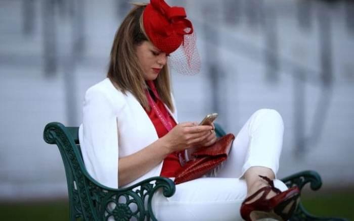 Красно-белый наряд.