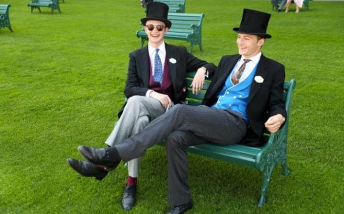 Строгий мужской дресс-код: костюм-тройка, галстук и цилиндр.