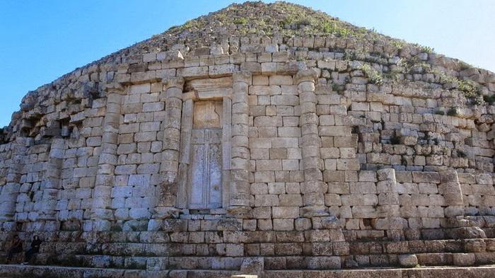 В мавзолее покоятся тела Джубы ІІ и Клеопатры Селены ІІ