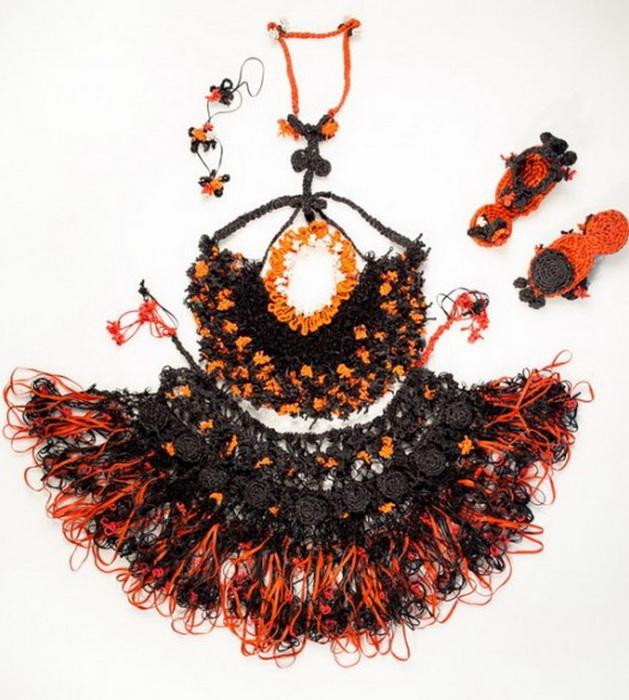 Модное платье из резинок для волос от дизайнера Маргариты Милевой