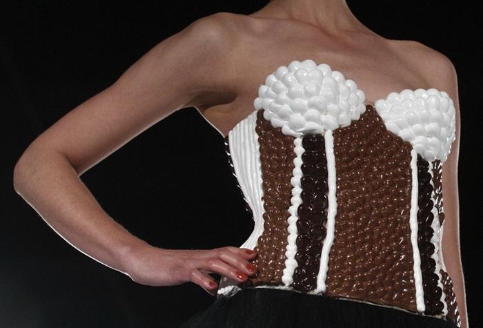 Шоколадный салон (Salon du Chocolat) в Швейцарии: корсет из конфет