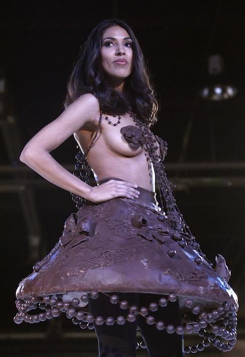 Шоколадный салон (Salon du Chocolat) в Швейцарии: платье-колокольчик, украшенное съедобными бусами и брошами