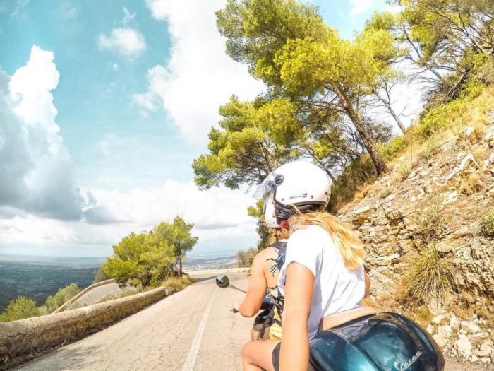 Пара путешествует по разным странам на мотоцикле.