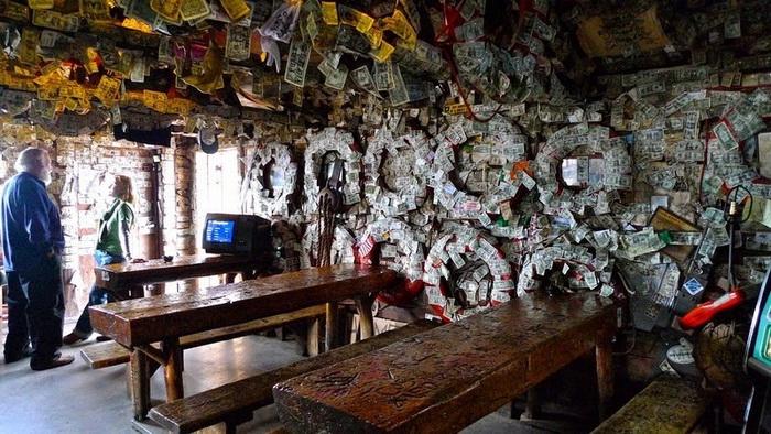 Долларовые купюры на стенах бара Salty Dawg Saloon (Аляска)