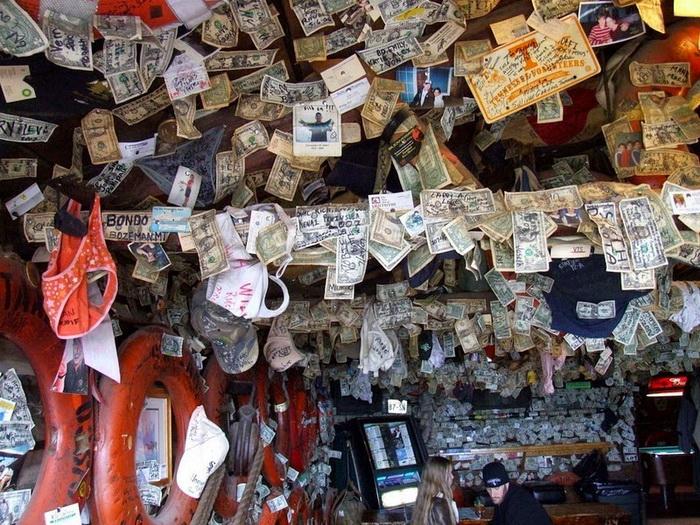 Посетители оставляют деньги, фотографии и личные вещи