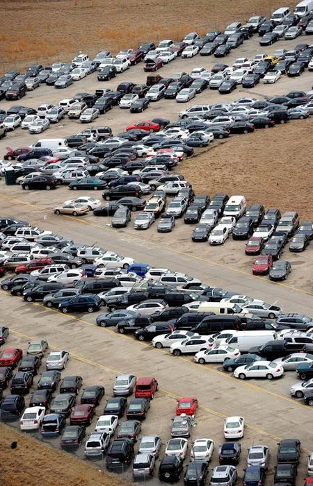 Автомобили, пострадавшие от урагана Сэнди, на взлетной полосе нью-йоркского аэропорта