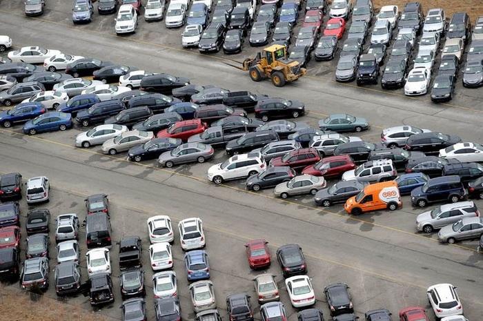 Автомобили на взлетно-посадочной полосе напоминают гигантский муравейник