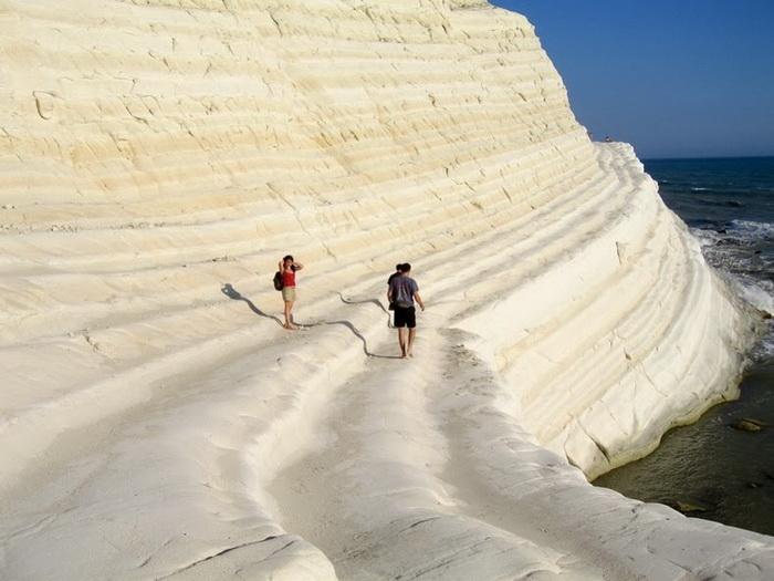 Уступы скалы напоминают ступени лестницы