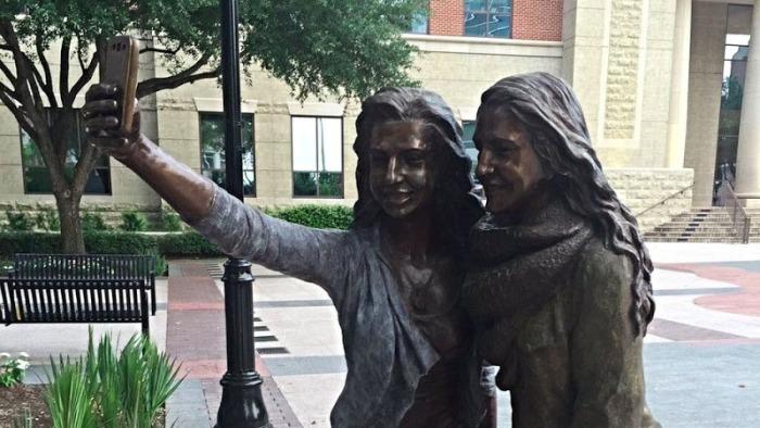 Селфи-девочки: необычный памятник в Шугар-Ленде (Техас)