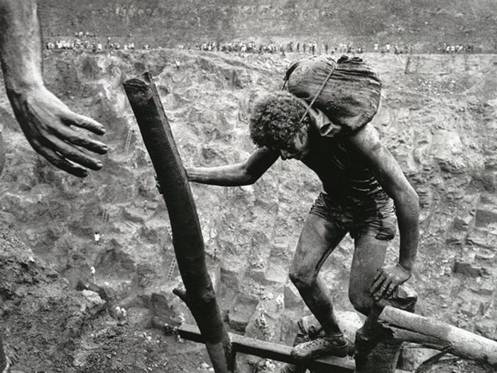 Добыча золота в Серра Пелада: мешок с грунтом весом в 60 кг поднимают из шахты для просева на высоту 400 м