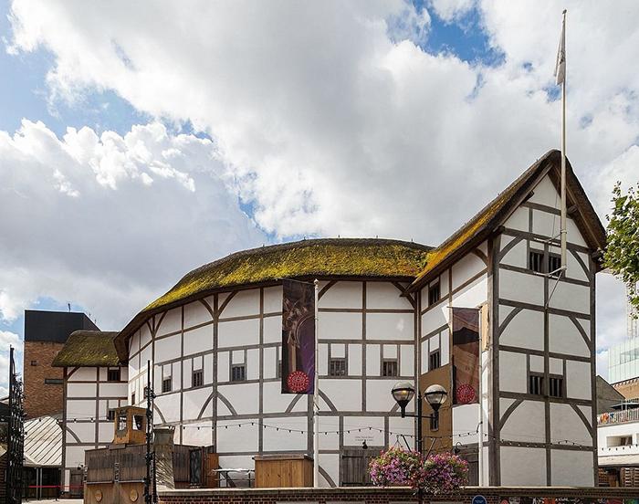 Глобус - современный театр, реконструированный по подобию театра Шекспира.