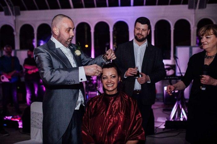 Муж сбривает волосы жене