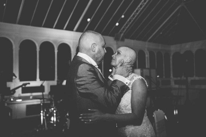 Невеста побрилась налысо в знак любви