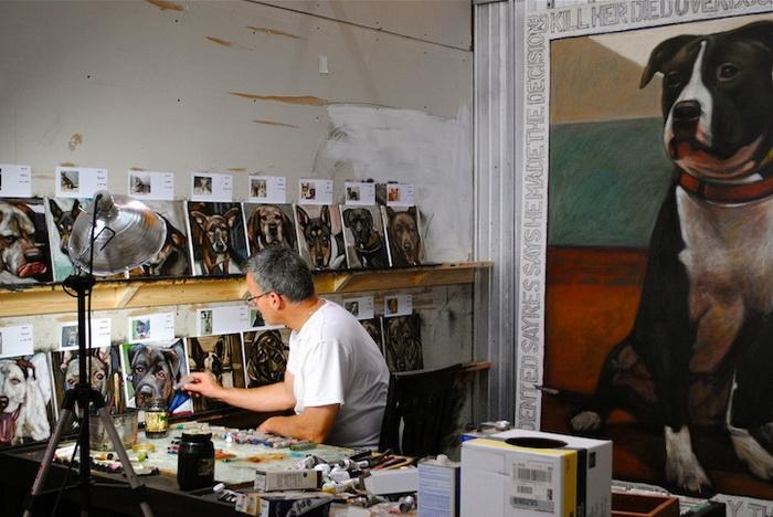 Марк Барон в процессе работы над портретами собак