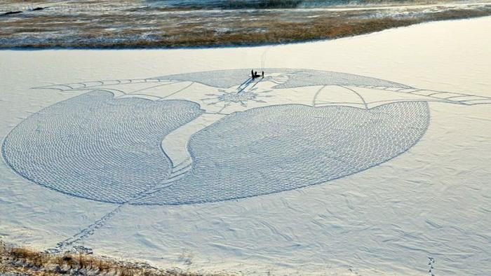 Рисунок дракона на снегу от Саймона Бека