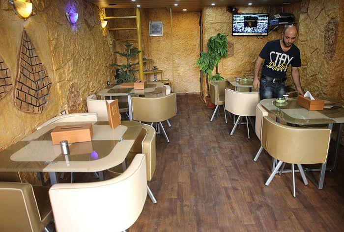 Абдул Халим аль-Аттар в своем ресторане.