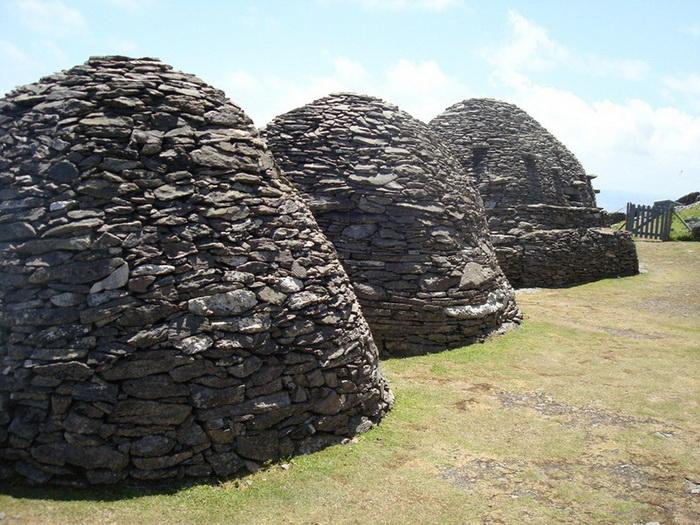 Каменные кельи монахов, напоминающие *улья*