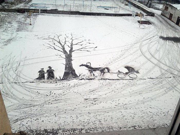 Рисунок на снегу в школьном дворе