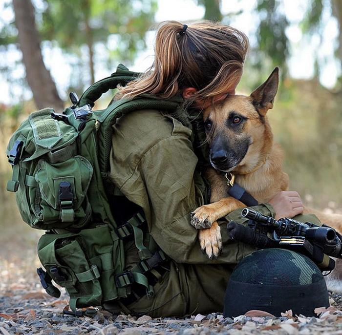 Солдат Армии Обороны Израиля со своим верным псом