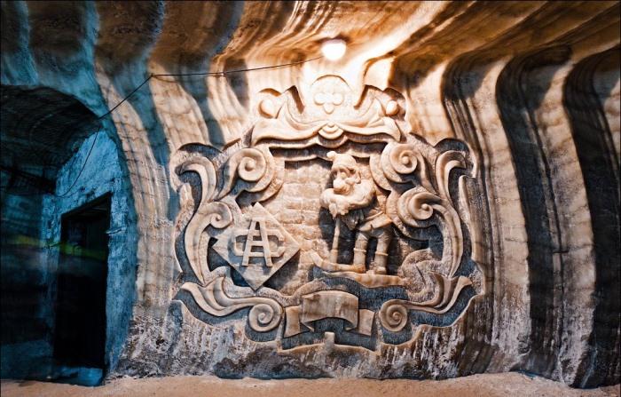 Барельефы на стенах соляной шахты.