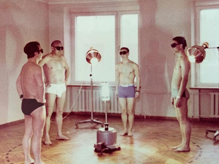 Мужчины получают дневную дозу солнечного света. Санаторий *Янтарный берег*, Юрмала, Латвия.