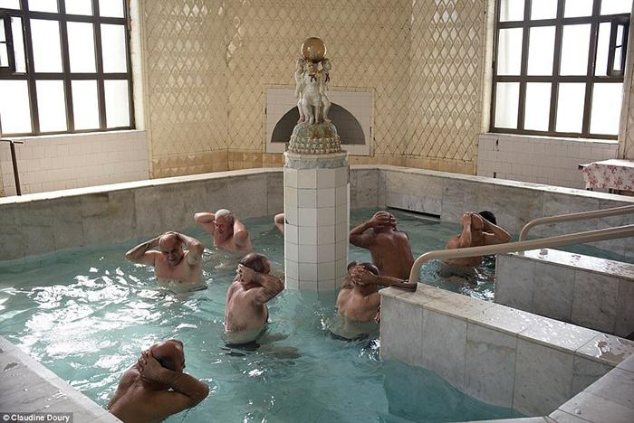 Лечебная зарядка в бассейне с минеральной водой. Санаторий Цхалтубо, Грузия.