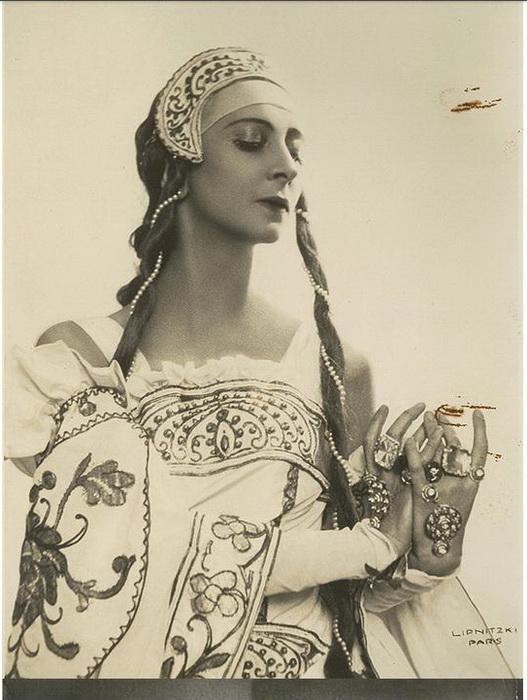 Спесивцева в костюме из оперы *Князь Игорь*, 1934, Париж.