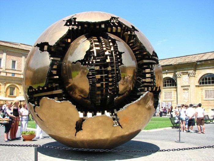 Необычная сфера, установленная в Ватикане