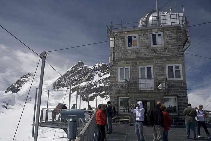 В обсерваторию *Сфинкс* приезжают туристы со всего мира