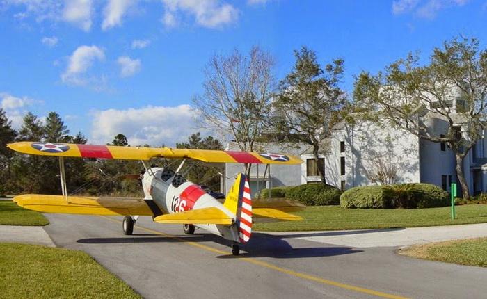 Самолеты на улицах Спрус Крик (штат Флорида, США)