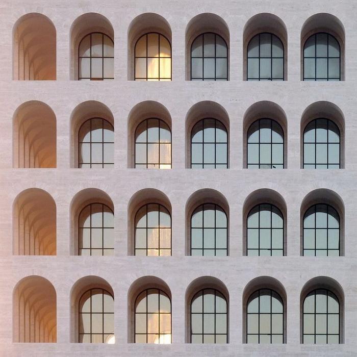 Количество арок на фасаде Квадратного Колизея соответсвует количеству букв в имени основателя итальянского фашизма