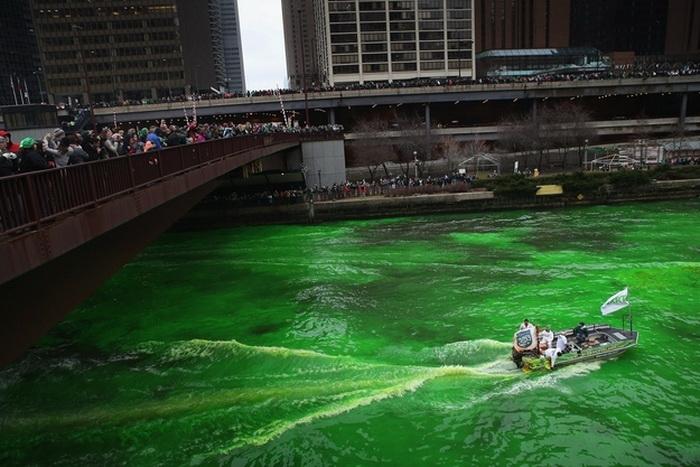 Изумрудная река в честь празднования Дня Святого Патрика в Чикаго