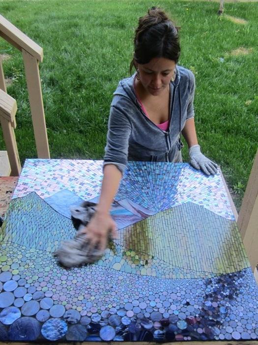 Kasia Polkowska в процессе работы над мозаикой