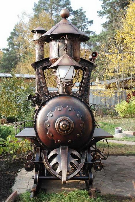 Локомотив-гриль собран из частей старых автомобилей, мотоциклов и поездов